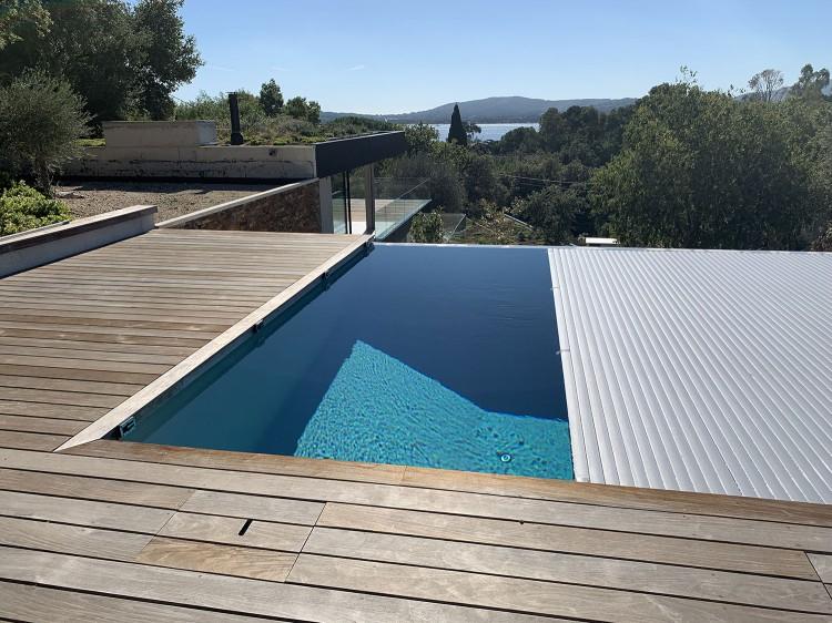 Couverture automatique sur piscine à débordement