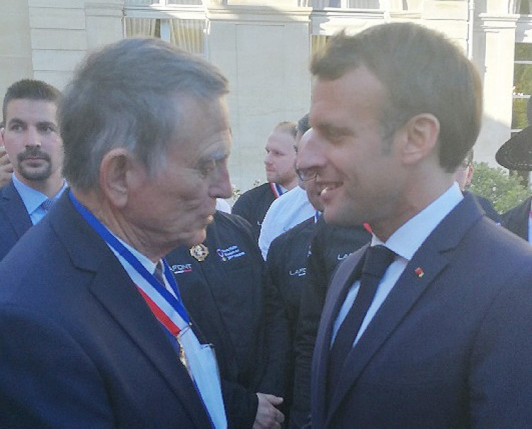 Daniel bonnard et Emmanuel Macron medaille