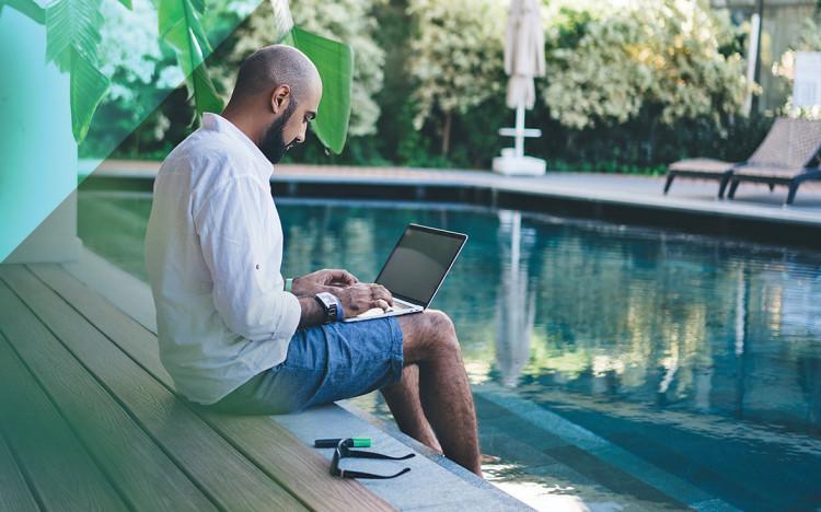Homme au bord de sa piscine qui découvre les actions et les engagements de Pentair sur pentairpooleurope.com