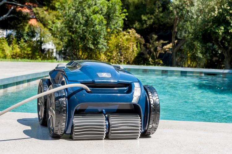 robot nettoyeur de piscine Alpha iQ de Zodiac au bord de la piscine