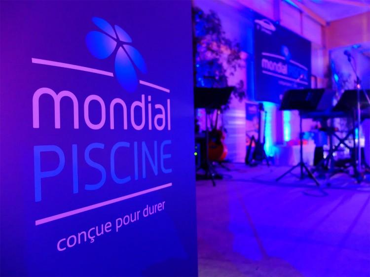 16è séminaire Mondial Piscine affiche fond violet scène