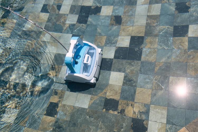 robot BWT Procopi au fond de la piscine