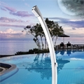 Ama Luxury Shower presenta LUNA, la nuova colonna doccia per esterno con un profilo semplice, lineare e di grande effetto.