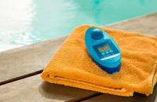 The electronic device Scuba II from Lovibond handles the pool water analysis with ease and reliably
