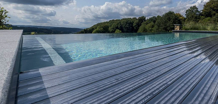 The manufacturer of automatic pool covers T & A presents its Premium Clean Profile blade, heating power, anti algae, resistant to hailstones and certified according to the standard NF P 90-308, including for infinity pools or overflow.