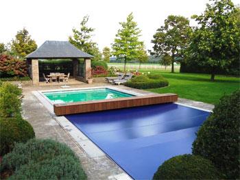 une couverture de s curit pour piscine tr s tendance. Black Bedroom Furniture Sets. Home Design Ideas
