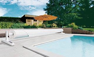 des couvertures automatiques de piscine pour diff rents budgets. Black Bedroom Furniture Sets. Home Design Ideas