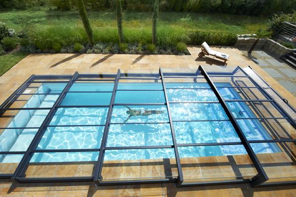 L abri de piscine transparent et r sistant de paradiso for Abri de piscine sans rail au sol