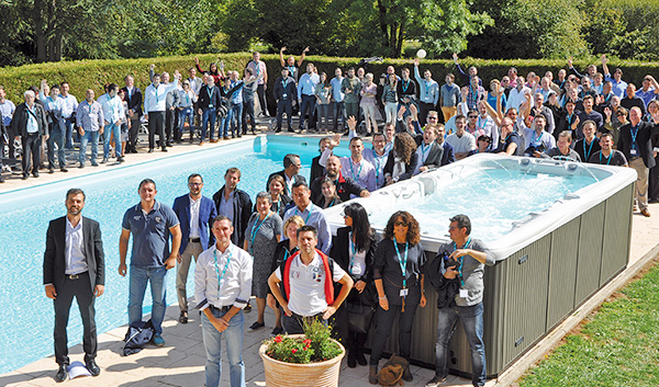 Photo de groupe autour du spa de nage Garden Leisure 1700