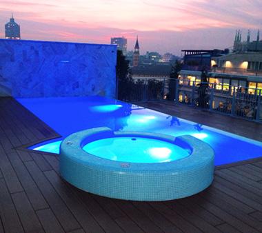 In piscina guardando le guglie del duomo di milano - Attico con piscina ...